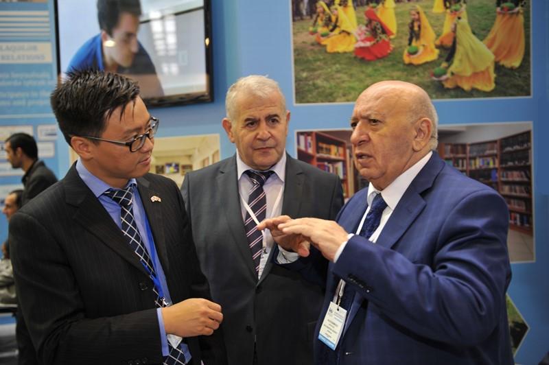 """""""British Council Azerbaijan""""ın rəhbəri BMU-nun stendi ilə tanış olub"""